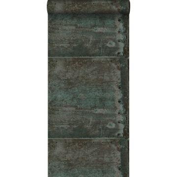 tapet store slidte rustne metalplader med nitter brunt og lyst benzinblåt
