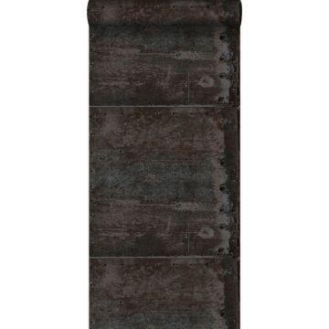tapet store slidte rustne metalplader med nitter sort og mørkt benzinblåt